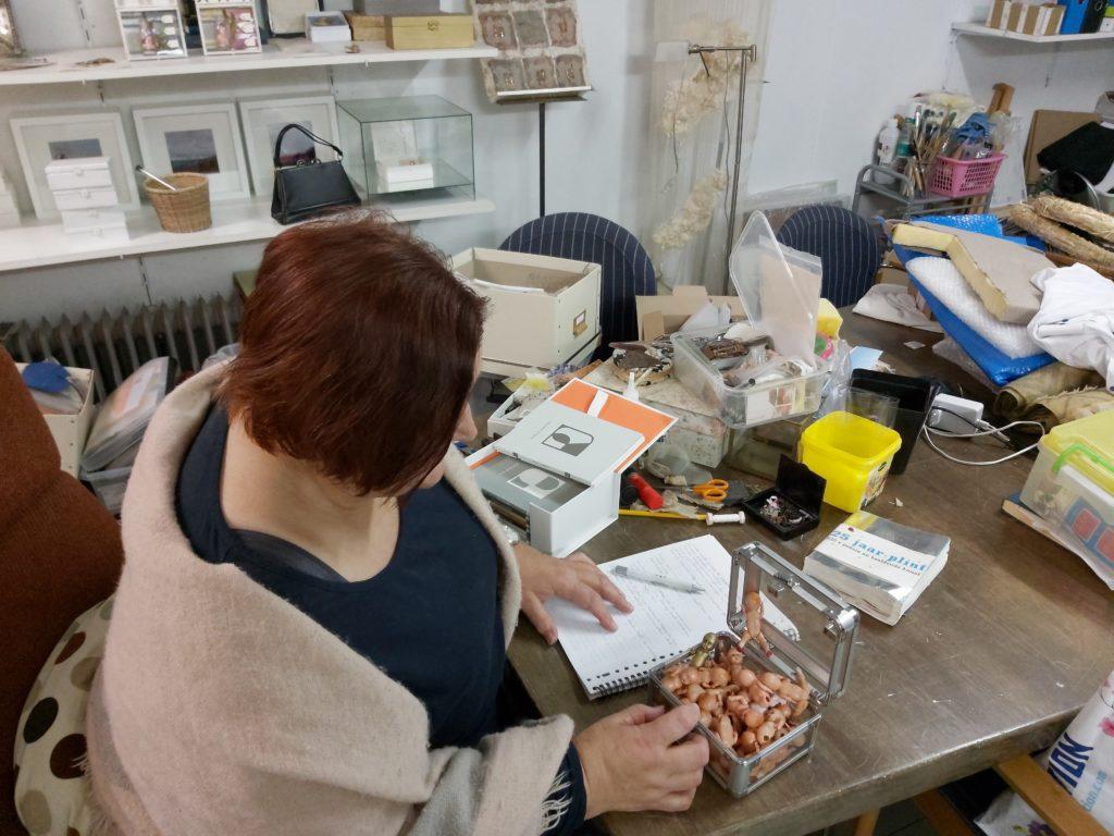 Alie in haar atelier